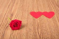 Forme de rose et de coeur de rouge sur en bois Image stock