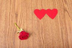 Forme de rose et de coeur de rouge sur en bois Photos libres de droits
