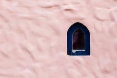 Forme de vague rose de modèle de mur en béton avec la petite fenêtre Abstrac Photo stock