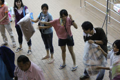 Forme de volontaires elles-mêmes à la bande de conveyeur humaine Photos libres de droits