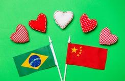 Forme del cuore di giorno di biglietti di S. Valentino e bandiere del Brasile e della Cina Immagine Stock