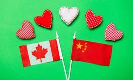 Forme del cuore di giorno di biglietti di S. Valentino e bandiere di Canda e della Cina Fotografie Stock Libere da Diritti