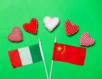 Forme del cuore di giorno di biglietti di S. Valentino e bandiere dell'Italia e della Cina Immagine Stock