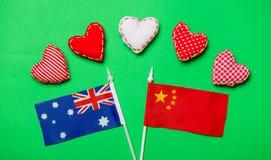 Forme del cuore e bandiere dell'Australia e della Cina Fotografie Stock