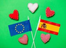 Forme del cuore e bandiere dell'unione di Europa e della Spagna Immagine Stock