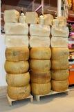 Forme del queso parmesano (las botellas de vino arriba) Imagen de archivo libre de regalías