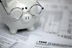 Forme di imposta degli Stati Uniti con il porcellino salvadanaio Fotografie Stock Libere da Diritti