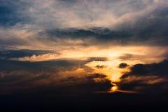 Forme drammatiche della nuvola come vortice fotografia stock libera da diritti