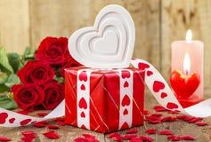 Forme du coeur blanc devant le bouquet des roses rouges Image libre de droits