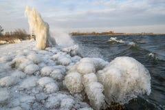 Forme e sculture bizzarre del ghiaccio sulla riva di un lago olandese fotografia stock