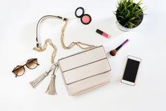 Forme el bolso de la mujer con el teléfono móvil, el maquillaje y accesorios Fotos de archivo