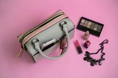 Forme el bolso de la mujer con el teléfono móvil, el maquillaje y accesorios Fotografía de archivo