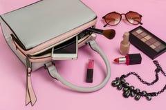 Forme el bolso de la mujer con el teléfono móvil, el maquillaje y la ISO de los accesorios Imagenes de archivo