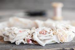 Forme el collar de la tela con los ajustes del cordón, las gotas y la base del fieltro Joyería floral de la tela del verano para  Foto de archivo libre de regalías