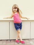 Forme el concepto del niño - niño de la niña que lleva una camiseta Foto de archivo