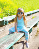 Forme el concepto del niño - niño de la niña que lleva una camiseta Imagenes de archivo