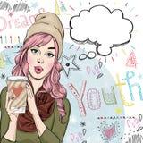 Forme el ejemplo del bosquejo de la muchacha con la taza de café en la mano con la burbuja del discurso ilustración del vector