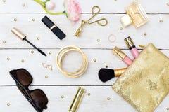 Forme el escritorio del estilo del oro del blog con la colección del accesorio de la mujer La Florida Imagen de archivo libre de regalías