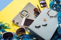Forme el esencial de la mujer, cosméticos, accesorios del maquillaje Fotografía de archivo