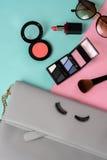 Forme el esencial de la mujer, cosméticos, accesorios del maquillaje Fotografía de archivo libre de regalías