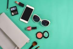 Forme el esencial de la mujer, cosméticos, accesorios del maquillaje Imágenes de archivo libres de regalías