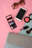 Forme el esencial de la mujer, cosméticos, accesorios del maquillaje Imagen de archivo libre de regalías