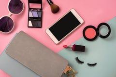 Forme el esencial de la mujer, cosméticos, accesorios del maquillaje Imagen de archivo