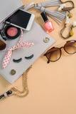 Forme el esencial de la mujer, cosméticos, accesorios del maquillaje Foto de archivo libre de regalías