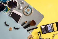 Forme el esencial de la mujer, cosméticos, accesorios del maquillaje Foto de archivo