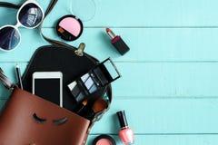 Forme el esencial y los accesorios de la mujer en fondo de madera Fotografía de archivo libre de regalías