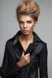 Forme el lanzamiento de la muchacha con estilo de pelo hermoso Imagenes de archivo