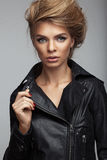 Forme el lanzamiento de la muchacha con estilo de pelo hermoso en una chaqueta de cuero Fotografía de archivo
