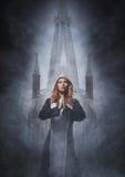 Forme el lanzamiento de una monja joven y atractiva al aire libre Imagen de archivo libre de regalías