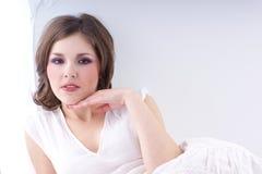 Forme el lanzamiento de una mujer joven en una alineada blanca foto de archivo libre de regalías