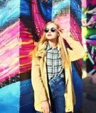 Forme el modelo bastante rubio de la mujer sobre fondo urbano Imagenes de archivo