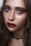 Forme el modelo de la belleza con los ojos azules, labios rojo oscuro Fotografía de archivo libre de regalías