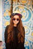 Forme el modelo de la mujer bastante joven que lleva un sombrero elegante retro, gafas de sol imágenes de archivo libres de regalías