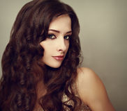 Forme el modelo femenino de lujo con el pelo rizado largo vogue fotografía de archivo libre de regalías