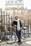 Forme el modelo masculino en los vidrios de sol redondos que colocan la bicicleta cercana Fotos de archivo libres de regalías