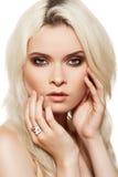 Forme el modelo rubio con maquillaje del encanto, joyería Imagen de archivo