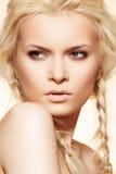 Forme el peinado, el pelo rubio, las trenzas y el maquillaje Fotografía de archivo