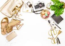 Forme el plano puesto para accesorios femeninos sociales del sitio web los medios Imagen de archivo libre de regalías