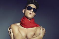 Forme el retrato de la belleza del hombre joven con las gafas de sol y la bufanda imágenes de archivo libres de regalías