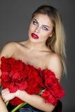 Forme el retrato de la hembra rubia sensual con estilo de pelo Imagen de archivo
