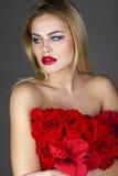 Forme el retrato de la hembra rubia sensual con estilo de pelo Imágenes de archivo libres de regalías