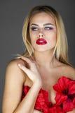 Forme el retrato de la hembra rubia sensual con estilo de pelo Foto de archivo