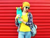 Forme el retrato de la muchacha elegante en gafas de sol y colorido Imagen de archivo libre de regalías
