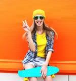 Forme el retrato de la muchacha fresca del inconformista en gafas de sol Fotografía de archivo libre de regalías