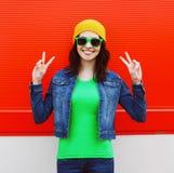 Forme el retrato de la muchacha fresca elegante en gafas de sol Fotos de archivo libres de regalías