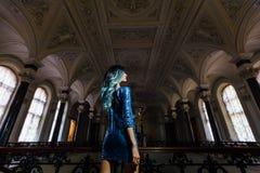 Forme el retrato de la muchacha magnífica con el pelo teñido azul de largo El vestido de cóctel hermoso de la tarde Fotografía de archivo libre de regalías